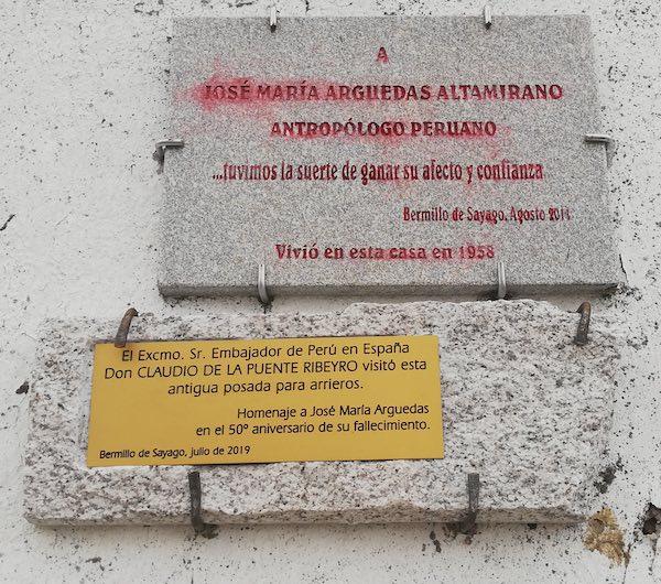 placa homenaje antropólogo peruano josé maría arguedas en la posada de Bermillo de Sayago donde desarrolló su investigación sobre las comunidades de España y el Perú